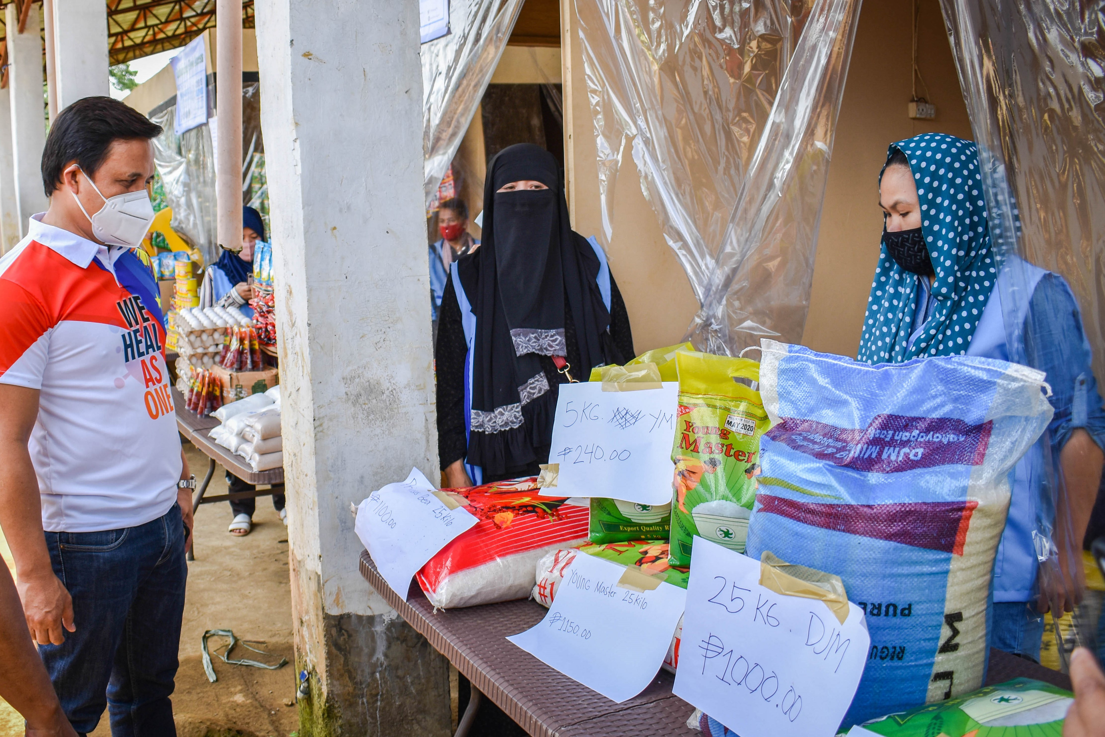 A satellite market set up by UN-Habitat in the village of Sagonsongan in Marawi city, Philippines to provide fairly priced food and essential goods and discourage travel to city centre markets during the COVID-19 crisis