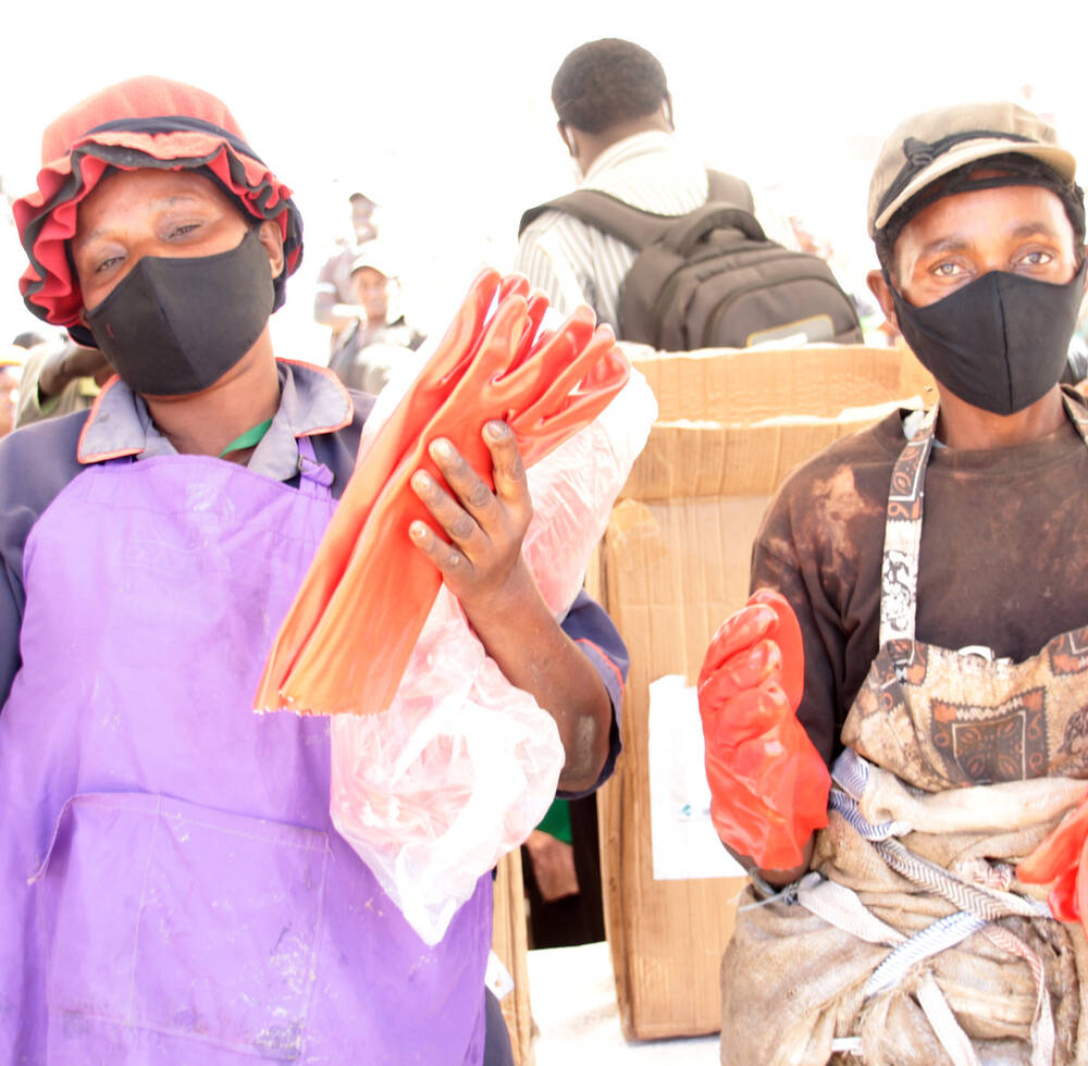 Hundreds of masks and gloves distributed to waste pickers in Nairobi dumpsite under Japan supported project